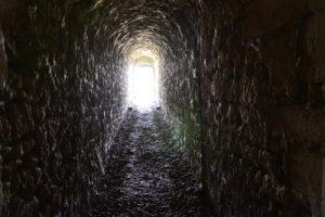 Licht am Ende des Tunnels? Die Bundesregierung gab erste Lockerungen im dritten harten Lockdown bekannt. (Bild: syha/ pixelio.de)