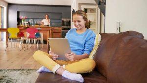 Der Internetkonsum ist mit dem Coronavirus explodiert und es ist wichtig, dass Eltern ihren Kindern helfen, sicher im Internet zu navigieren – die Fritz!Boxen von AVM bieten dafür entsprechende Konfigurationsmöglichkeiten.