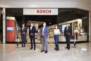 Tomas Urbanovsky, Center Manager SCS; Stefan Tenor, Vertriebsleiter Bosch Stores; Michael Mehnert, CEO BSH Österreich; Marion Schuller, Bosch Store Managerin SCS und Christian Walder, Key Account Manager Umdasch (v.l.n.r.) eröffneten heute den dritten Bosch Hausgerätestore in der SCS.