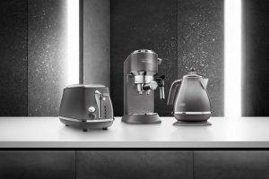 Neu von De'Longhi: Die Espressomaschine Dedica Metallics und die Icona Metallics Frühstücksserie in grau.