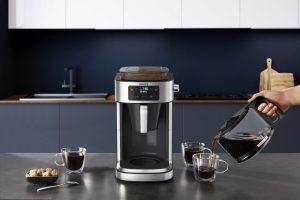 """Die neue Filterkaffeemaschine von Krups, die """"Aroma Partner"""", verfügt über eine luftdichte Kaffeebox mit speziellem Aromaschutzdeckel. Darüber hinaus portioniert die Maschine selbst die Menge an benötigtem Pulver in den Filter."""
