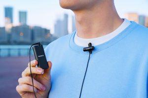Das Mikrofon ECM-W2BT verfügt über einen Stereo-Audioeingang und eine externe 3,5-mm-Stereo-Minibuchse. So lässt es sich in Kombination mit einem stereofähigen Lavaliermikrofon wie dem ECM-LV1 verwenden.