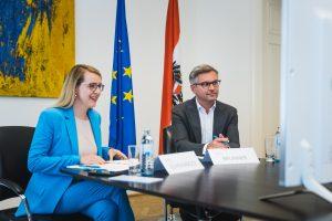 BM Margarete Schramböck und Staatssekretär Magnus Brunner orten in dem Erlass einen wichtigen Schritt, um gerade bei Betrieben das volle Potenzial der Photovoltaik-Anlagen auszuschöpfen.