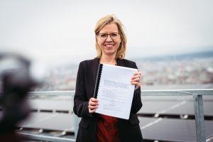 Klimaschutzministerin Leonore Gewessler präsentierte mit dem Erneuerbaren-Ausbau-Gesetz einen wesentlichen Baustein im Kampf gegen die Klimakrise.