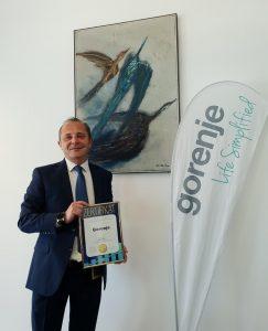 Gorenje wurde zur Superbrand Austria 2021 in der Kategorie Haushaltsgroßgeräte gekührt. Im Bild der stolze Österreich GF Michael Grafoner mit der Auszeichnung in der Hand.