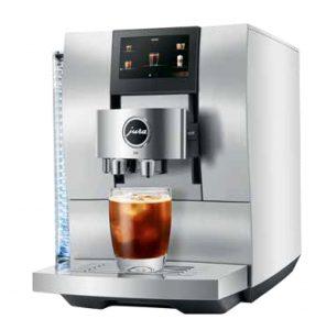 Diesen Sommer steht bei JURA das neue Spitzenmodell Z10 für heiße und kalte Kaffeespezialitäten im Mittelpunkt.