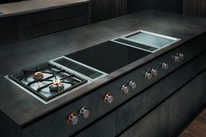 Die Vario Muldenlüftung kann flächenbündig integriert oder aufgesetzt montiert werden. Sie ist beliebig kombinierbar mit verschiedenen – rahmenlosen oder gerahmten – leistungsstarken Kochfeldern wie Induktion, Elektrogrill, Teppan Yaki, Gas oder Gas-Wok.
