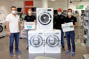 Drei Beko Waschmaschinen für kroatische Erdbebenopfer: (v.l.) Hans-Peter Reisinger (Präsident des RC Fürstenfeld), Marc Stessl, Danijel Mitar (Koordinator Vorort-Hilfe) und Roland Stessl.