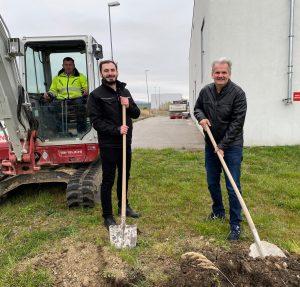 """Spatenstich für das Projekt """"Bürobau"""": Energy3000-GF Christian Bairhuber (re.) und der Bauleiter am zukünftigen Standort der Firmenzentrale."""