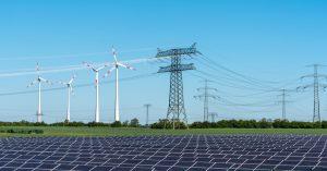 """Trotz der COVID-19-Pandemie wurde 2020 beim Kapazitätsausbau der erneuerbaren Energien der bisherige Rekord um fast 50% übertroffen – was für IRENA-Generaldirektor Francesco La Camera den Beginn des """"Jahrzehnts der erneuerbare Energien"""" markiert."""