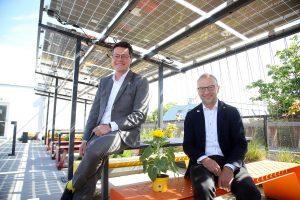 Klimastadtrat Jürgen Czernohorszky (li.) und Bernd Vogl, Leiter der Wiener Energieplanung, stellten die neue PV-Gründachförderung sowie die Verdreifachung der Fördermittel für PV-Anlagen vor.