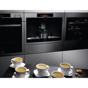 """""""Komfortabel, stylisch und intuitiv: Der Einbau-Kaffeevollautomat (KKK994500T) bietet 'Espressonisten' Kaffeespezialitäten auf hohem Niveau"""", sagt AEG über den Neuzugang in der """"Matt Black Range"""". (Foto: AEG)."""