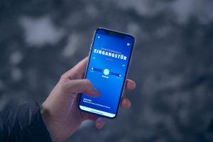 Das Smartphone nimmt auch in der Welt der Sicherheitslösungen mittlerweile eine zentrale Rolle ein – wie etwa für den Fernzugriff auf die Eingangstür.