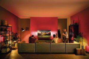 Zur diesjährigen EM gibt es Fußball mit Ambilight. Das Besondere daran ist: Die Philips Ambilight Fernseher beleuchten die rückwärtige Wand in den Farben der Landesflagge des eigenen Teams. (Bild: TP Vision)