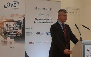 Moderator Andrew Gallacher bei der Online-Übertragung des IT-Kolloquiums 2021.