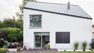 Ein Sonnenkraftwerk an Fassade oder Balkon ist ein platzsparender Einstieg in die Photovoltaik.