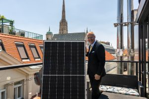 Suntastic.Solar-GF Markus König präsentiert ein neues Modul von Jinko Solar mit N-Type-Zellen. Die neue Technologie macht die Leistung des Moduls über die Jahre wesentlich stabiler.