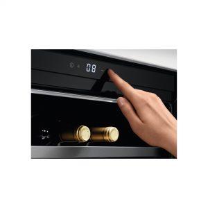 Der Weinkühlschrank wird bequem über Touch Control bedient.