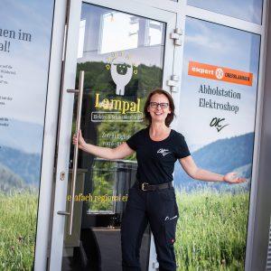 Expert Oberklammer Geschäftsführerin Monika Forster vor dem neuen Abholshop lampal.at.