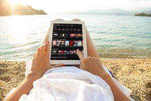 Die hybride HD Austria TV-App vereint SAT- und Internet-TV in einer Benutzeroberfläche und bietet vielseitige Funktionen wie Restart, Replay und Video-on-Demand.