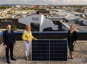 Inbetriebnahme der Photovoltaikanlage SCS: Paul Douay (Director of Operations -Unibail-Rodamco-Westfield Österreich & Deutschland), Johanna Mikl-Leitner (Landeshauptfrau Niederösterreich) und Klimaschutzministerin Leonore Gewessler (v.l.n.r.).