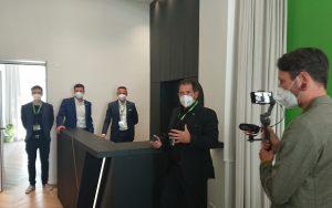 Mitbegründer Thomas Moser beim Rundgang durch das neue Büro von Loxone.