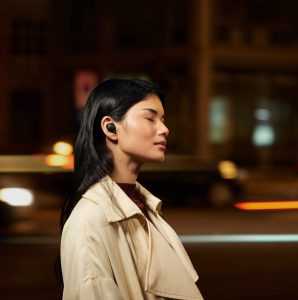 Der neue True Wireless-Kopfhörer WF-1000XM4 von Sony wartet mit einer längeren Akkulaufzeit sowie einem verbessertes Noise Cancelling dank eines neuen Prozessors, vier Mikrofonen und einer neuen Treiber-Einheit auf.