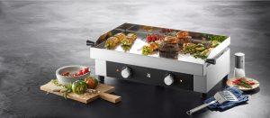 Die Marke WMF stärkt in diesem Sommer weiter ihre Kompetenz im Grill-Segment: Mit dem WMF Profi Plus Plancha Grill werde ein neues Level an vielseitigen Grillmöglichkeiten erreicht, wie der Hersteller beschreibt. Das neue Gerät ist nun verfügbar.