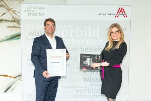Thomas Lutzky (Geschäftsführer Phoenix Contact) und Monica Rintersbacher (Geschäftsführerin Leitbetriebe Austria) anlässlich der neuerlichen Auszeichnung.