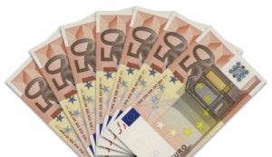 Der Handelsverband fordert das Aus der Maskenpflicht ab 22. Juli auch für Handelsangestellte. Darüber hinaus bleibt der Verband bei seinem Vorschlag, allen Österreichern, die sich gegen Corona impfen lassen, einen 50 Euro Gutschein als Anreiz auszugeben. (Bild: Thommy Weiss/ pixelio.de)