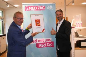 Market Institut Vorstand Prof. Werner Beutelmeyer (li.) überreichte Red Zac Vorstand Brendan Lenane (re.) die Auszeichnung. (Foto: Red Zac)
