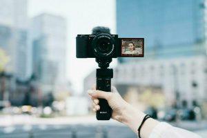 Mit der ZV-E10 bringt Sony seine erste Systemkamera der Alpha Serie speziell für Vlogger auf den Markt.