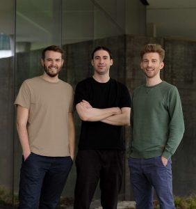 Die drei Gründer von Refurbed, Peter Windischhofer, Jürgen Riedl und Kilian Kaminski, haben für die weitere Expansion von Refurbed eine weitere erfolgreiche Finanzierungsrunde geschafft.