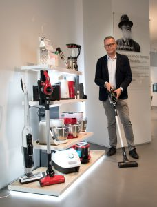 CP-Geschäftsleiter Peter Pollak präsentiert elektro.at das neue Kleingeräte-Display von Bosch.