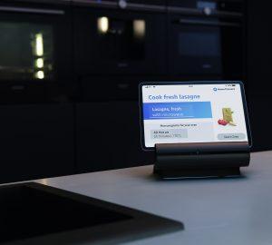 Das smarte Kitchen Dock soll die Steuerung der Küchengeräte mittels Home Connect erleichtern und gleichzeitig Zugang zu verschiedenen Rezept-Apps erleichtern.