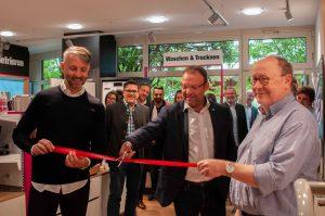 Von links: Red Zac-Vorstand Brendan Lenane, Projektleiter Martin Leisser und Red Zac-Vorstand Peter Osel eröffnen den Ladenbau-Mustershop in der Kooperationszentrale in Biedermannsdorf.