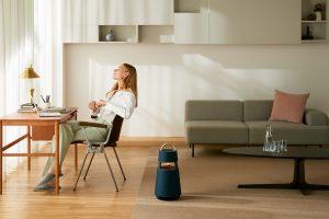 Der neue LG XBOOM 360 Speaker von LG soll einen 360-Grad-Klang mit minimalen Verzerrungen liefern und wurde teilweise aus recyceltem Kunststoff hergestellt.