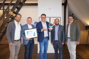 M. Kaslatter (Emakina), J. Weinzierl, Robert F. Hartlauer, F. Freidhager, R. Friedl (Emakina) (v.l.n.r.) freuen sich über den DoCOMM  Award in Platin.
