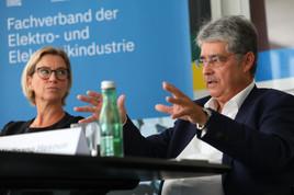"""""""Um die Klimaziele zu erreichen, sind große gemeinsame Anstrengungen von Politik, Industrie, Wirtschaft und Gesellschaft notwendig. Dass etwas getan werden muss, ist mittlerweile unstrittig."""", so FEEI-Obmann Wolfgang Hesoun im Rahmen der Jahrespressekonferenz des Fachverbandes."""