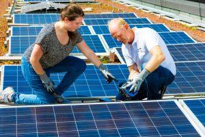Insgesamt werden 60.000 Fachkräfte im Photovoltaik-Bereich benötigt. Um den Bedarf an Fachkräften abzudecken, werden 2022 insgesamt sieben Kurse zum zertifizierten Photovoltaikpraktiker in TÜV angeboten.