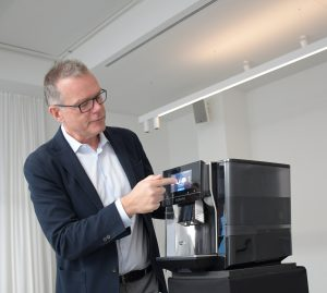 Mehr Details zu den gewünschten Kaffeespezialitäten sind bei der Siemens EQ.700 nur einen Touch entfernt, wie uns BSH CP Geschäftsleiter Peter Pollak selbst demonstrierte.