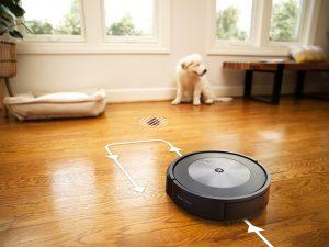 Der Roomba j7+ ist mit neuen intelligenten Funktionen ausgestattet. So merkt sich der Saugroboter z.B. Orte, an denen häufig gesaugt wird und soll in Echtzeit Hindernisse erkennen.