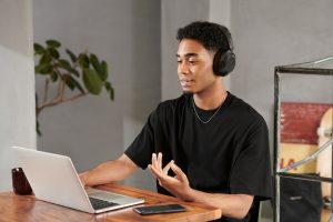 Tragekomfort, lange Akkulaufzeit sowie Extra Bass bringt der neue kabellose Kopfhörer WH-XB910 von Sony mit.
