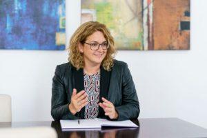 """""""Die staatlichen Unterstützungsmaßnahmen haben ihr Ziel erreicht, möglichst viele Insolvenzen zu verhindern"""", sagt Acredia-Vorständin Gudrun Meierschitz."""