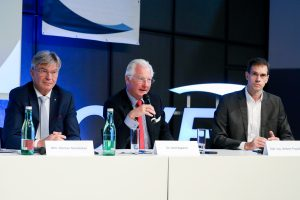 Werner Steinecker, Generaldirektor der Energie AG, OVE-Präsident Kari Kapsch und Herbert Popelka, Vorstandsvorsitzender der OVE Energietechnik bei der OVE-Energietechnik-Tagung in Linz.