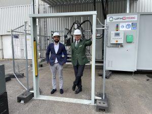Die UFH-GF Robert Töscher und Helmut Kolba stellen die neue Recycling-Anlage für Absorber-Kühlgeräte vor.