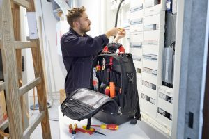 Der neue Werkzeugrucksack von Wiha soll viel Stauraum und gleichzeitig spürbar hohen Tragekomfort durch die thermogeformten, ergonomischen Rückenpolsterungen bieten.
